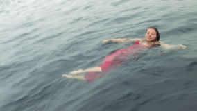 Vrij duikermodel in een rode kleding in water in Rode Overzees stock video