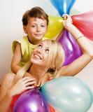 Vrij echte familie met kleurenballons op witte achtergrond, blon Stock Afbeelding