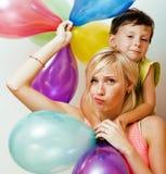 Vrij echte familie met kleurenballons op witte achtergrond, blon Royalty-vrije Stock Foto's