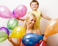 Vrij echte familie met kleurenballons op witte achtergrond, blon Stock Fotografie