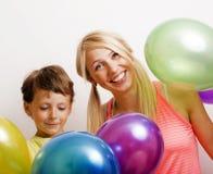 Vrij echte familie met kleurenballons op witte achtergrond, blon Stock Afbeeldingen