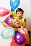 Vrij echte familie met kleurenballons op witte achtergrond, blon Royalty-vrije Stock Foto