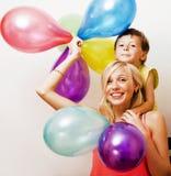 Vrij echte familie met kleurenballons op witte achtergrond, blon Stock Foto's