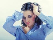 Vrij eenzaam meisje dat aan regenachtig venster kijkt Stock Foto's