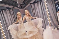 Vrij en gelukkig het voelen Bezinning van mooie jonge vrouwenwea royalty-vrije stock afbeeldingen