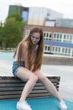 Vrij en glimlachende jonge vrouw in de stad Royalty-vrije Stock Fotografie