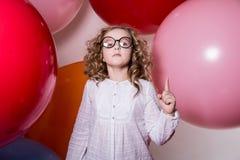 Vrij ernstig meisje in een witte kleding met een opgeheven wijsvinger Stock Foto's