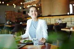 Vrij Financiële Manager bij Restaurant stock afbeeldingen
