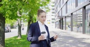 Vrij formele vrouw met koffie en smartphone stock videobeelden