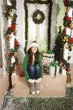 Vrij gelukkig glimlachend jong tienerhipstermeisje voor verfraaid voor Kerstmishuis, die op gasten komst wachten Royalty-vrije Stock Fotografie