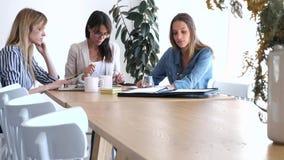 Vrij het jonge onderneemsters werken van nieuwe idee?n in mede-werkt ruimte stock video
