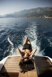 Vrij het jonge vrouw ontspannen op het jacht royalty-vrije stock afbeeldingen
