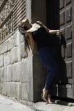 Vrij het jonge vrouw stellen in een deur van een oud gebouw royalty-vrije stock foto's