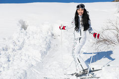 Vrij het jonge vrouw stellen in haar het ski?en toestel Stock Foto's