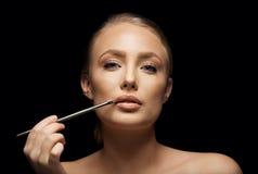 Vrij het jonge vrouw van toepassing zijn maakt omhoog op lippen Stock Fotografie