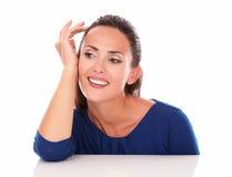 Vrij het Latijnse kijken aan haar recht terwijl het glimlachen Stock Foto's