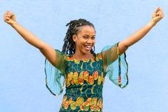 Vrij het levendige Afrikaanse Amerikaanse meisje toejuichen royalty-vrije stock foto's