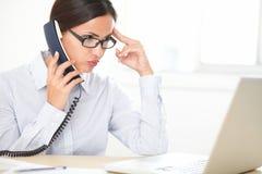 Vrij het vrouwelijke uitvoerende converseren op de telefoon stock foto