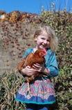Vrij jong meisje die een bruine kip houden Stock Afbeelding