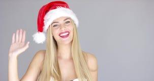 Vrij jong meisje die hello handgebaar doen stock video