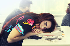 Vrij jong meisje met lange mooie haarstudie in universitaire a Royalty-vrije Stock Foto