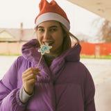 Vrij jong meisje met lolly, straat stock foto