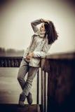 Vrij jong meisje openlucht op de oude brug Stock Afbeelding