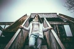 Vrij jong meisje openlucht op de oude brug Royalty-vrije Stock Afbeeldingen