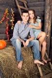 Vrij jong paar die het dateren in hayloft hebben Stock Afbeelding