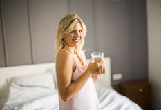 Vrij jong vrouwen drinkwater van glas Royalty-vrije Stock Afbeeldingen