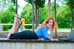 Vrij jonge bedrijfsvrouw die mobiele telefoon met behulp van Royalty-vrije Stock Foto's