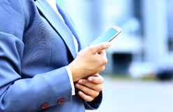 Vrij jonge bedrijfsvrouw die mobiele telefoon met behulp van stock afbeelding