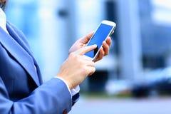 Vrij jonge bedrijfsvrouw die mobiele telefoon met behulp van royalty-vrije stock fotografie