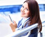 Vrij jonge bedrijfsvrouw die mobiele telefoon met behulp van royalty-vrije stock afbeelding