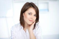 Vrij jonge bedrijfsvrouw op kantoor Royalty-vrije Stock Foto