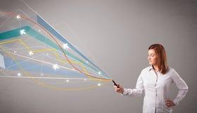 Vrij jonge dame die een telefoon met kleurrijke abstracte lijnen a houden Stock Foto
