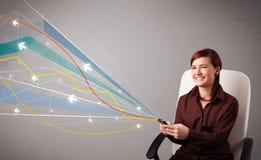 Vrij jonge dame die een telefoon met kleurrijke abstracte lijnen a houden Royalty-vrije Stock Foto's