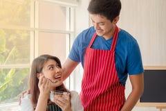 Vrij jonge dame die graangewassen met haar vriend eten stock foto