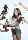 Vrij jonge donkerbruine het houden van schoenen Stock Afbeeldingen
