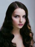 Vrij jonge donkerbruine vrouw met haarstijl zoals leuke pop stock fotografie