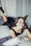 Vrij jonge donkerbruine vrouw in slaapkamerbinnenland Royalty-vrije Stock Fotografie