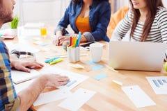 Vrij jonge freelancers spreken over het werk Stock Afbeelding