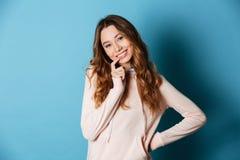 Vrij jonge gelukkige vrouw geïsoleerde status Stock Afbeelding