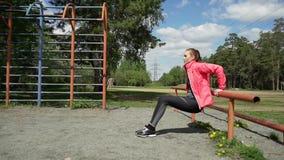 Vrij jonge Kaukasische vrouw opleiding in het park stock footage