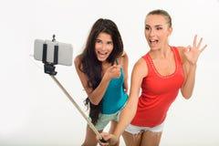 Vrij jonge meisjes die selfie maken stock afbeeldingen