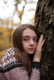 Vrij jonge meisjes leunende hand tegen een boom Royalty-vrije Stock Fotografie