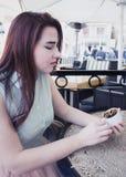 Vrij jonge meisjesgreep GLB die van Turkse koffie, daling, fort kijken Royalty-vrije Stock Foto's