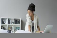 Vrij jonge vrouw in bureau Stock Afbeelding