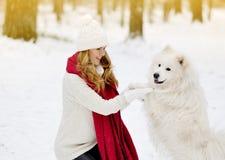 Vrij Jonge Vrouw in de Winter Forest Park Walking met haar Hond Witte Samoyed royalty-vrije stock afbeelding