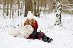 Vrij Jonge Vrouw in de Winter Forest Walking met haar Hond Witte Samoyed royalty-vrije stock fotografie